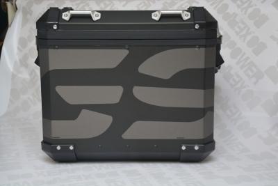 sticker in antraciet op zwarte GSA koffer